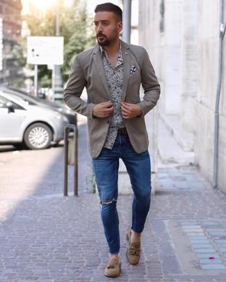 Cómo combinar: mocasín con borlas de ante marrón claro, vaqueros pitillo desgastados azules, camisa de manga larga con print de flores en blanco y azul marino, blazer en beige
