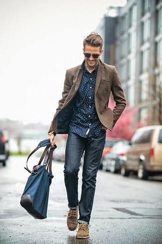 Look de moda: Zapatos derby de ante marrónes, Vaqueros pitillo azul marino, Camisa de manga larga a lunares en azul marino y blanco, Blazer de lana marrón