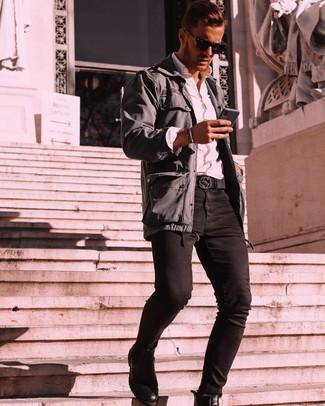 Cómo combinar: botines chelsea de cuero negros, vaqueros pitillo negros, camisa de manga larga blanca, chaqueta campo en gris oscuro
