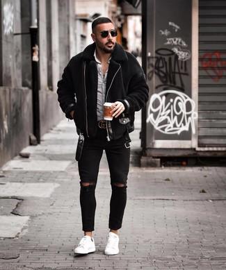 Cómo combinar: tenis de cuero blancos, vaqueros pitillo desgastados negros, camisa de manga larga de cuadro vichy en blanco y negro, chaqueta de piel de oveja negra