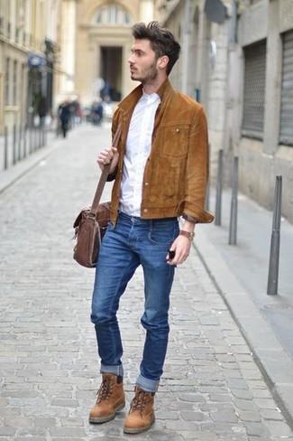 Cómo combinar: botas casual de cuero marrónes, vaqueros pitillo azules, camisa de manga larga blanca, chaqueta estilo camisa de ante marrón