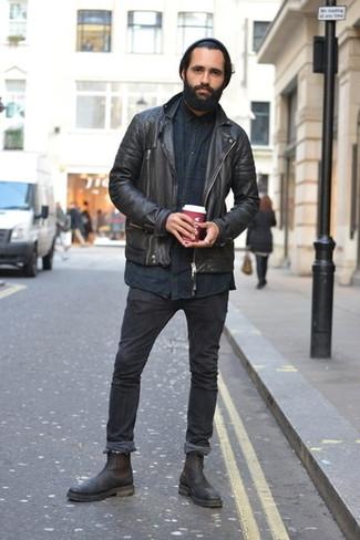 Combinar unos vaqueros pitillo negros: Una chaqueta motera de cuero negra y unos vaqueros pitillo negros son una opción inmejorable para el fin de semana. ¿Te sientes valiente? Complementa tu atuendo con botines chelsea de cuero negros.