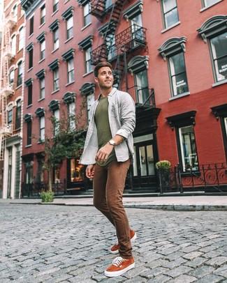 Cómo combinar: tenis de ante en tabaco, vaqueros pitillo marrónes, camisa de manga larga gris, jersey con cuello circular verde oliva