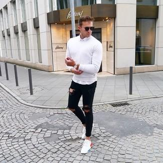 Cómo combinar: tenis blancos, vaqueros pitillo desgastados negros, camisa de manga larga blanca, jersey con cuello circular blanco
