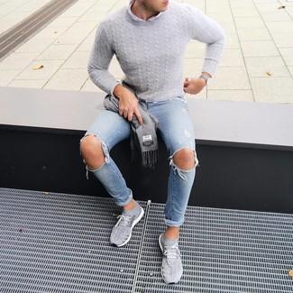 Cómo combinar: deportivas grises, vaqueros pitillo desgastados celestes, camisa de manga larga blanca, jersey de ochos gris