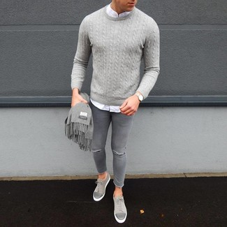Combinar unos vaqueros pitillo desgastados grises: Emparejar un jersey de ochos gris junto a unos vaqueros pitillo desgastados grises es una opción inmejorable para el fin de semana. ¿Te sientes valiente? Elige un par de tenis de ante grises.