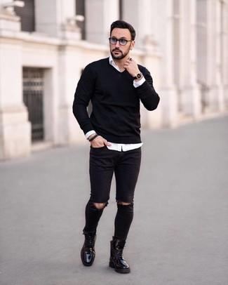 Cómo combinar: botas casual de cuero negras, vaqueros pitillo desgastados negros, camisa de manga larga blanca, jersey de pico negro