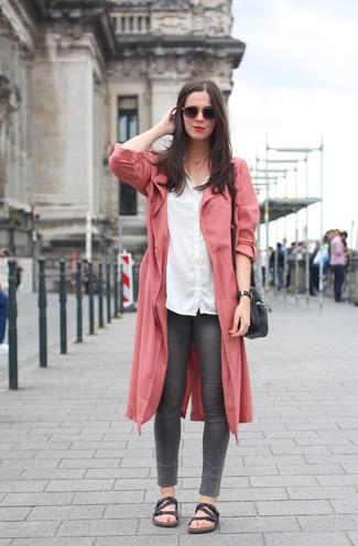 Combinar unas sandalias planas de cuero negras: Ponte un abrigo duster rosado y unos vaqueros pitillo en gris oscuro para una vestimenta cómoda que queda muy bien junta. ¿Quieres elegir un zapato informal? Usa un par de sandalias planas de cuero negras para el día.