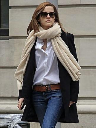 Cómo combinar: correa de cuero marrón, vaqueros pitillo azul marino, camisa de vestir blanca, abrigo negro