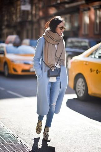 Cómo combinar: botines de cuero con print de serpiente amarillos, vaqueros pitillo desgastados azules, camisa de vestir blanca, abrigo celeste