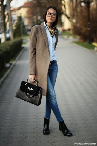 Combinar un bolso de hombre: Para un atuendo tan cómodo como tu sillón ponte un abrigo marrón y un bolso de hombre. Botines de cuero negros son una opción buena para completar este atuendo.