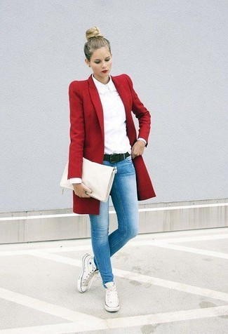 Combinar unas zapatillas altas de lona blancas: Considera emparejar un abrigo rojo con unos vaqueros pitillo celestes para cualquier sorpresa que haya en el día. Si no quieres vestir totalmente formal, completa tu atuendo con zapatillas altas de lona blancas.