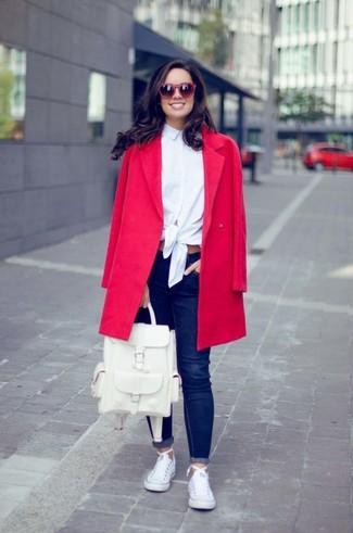 Cómo combinar: tenis de lona blancos, vaqueros pitillo azul marino, camisa de vestir blanca, abrigo rojo