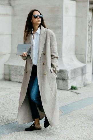 Cómo combinar: mocasín de cuero negros, vaqueros pitillo azul marino, camisa de vestir blanca, abrigo gris