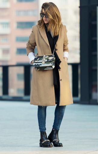 Cómo combinar: botines chelsea de cuero negros, vaqueros pitillo azul marino, camisa de vestir blanca, abrigo marrón claro