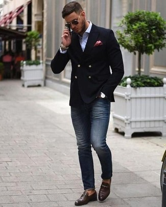 Cómo combinar: mocasín de cuero en marrón oscuro, vaqueros pitillo azul marino, camisa de vestir blanca, blazer cruzado negro