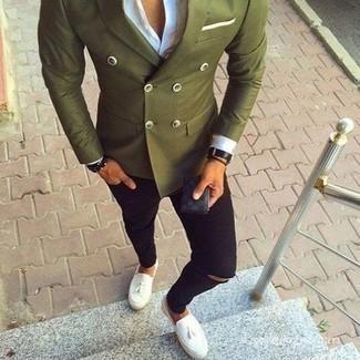 Combinar un blazer cruzado verde oliva: Elige un blazer cruzado verde oliva y unos vaqueros pitillo desgastados negros para lidiar sin esfuerzo con lo que sea que te traiga el día. Con el calzado, sé más clásico y opta por un par de mocasín con borlas de cuero blanco.