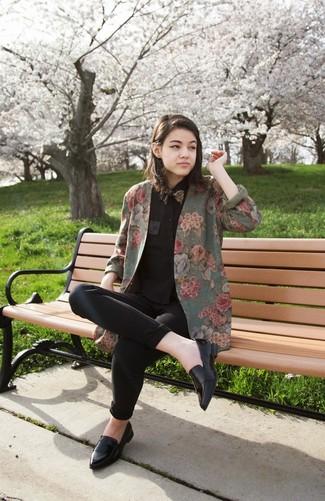 Cómo combinar: mocasín de cuero negros, vaqueros pitillo negros, camisa de vestir negra, blazer con print de flores verde oliva