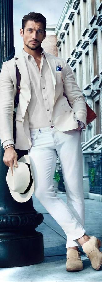 Cómo combinar: zapatos con doble hebilla de ante en beige, vaqueros pitillo celestes, camisa de vestir en beige, blazer en beige