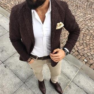 Cómo combinar: mocasín de cuero en marrón oscuro, vaqueros pitillo en beige, camisa de vestir blanca, blazer de lana en marrón oscuro