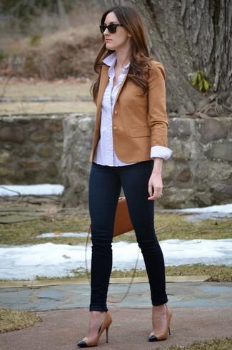Cómo combinar: zapatos de tacón de cuero en negro y marrón claro, vaqueros pitillo azul marino, camisa de vestir a lunares blanca, blazer marrón claro