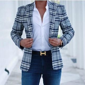 Cómo combinar: correa de cuero negra, vaqueros pitillo azul marino, camisa de vestir blanca, blazer de tartán azul marino