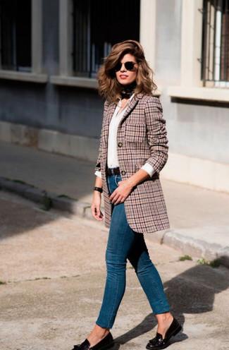 Cómo combinar: mocasín con borlas de cuero negro, vaqueros pitillo azules, camisa de vestir blanca, blazer de pata de gallo rosado