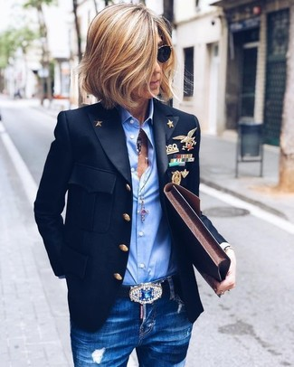 Cómo combinar: cartera sobre de cuero en marrón oscuro, vaqueros pitillo desgastados azules, camisa de vestir celeste, blazer negro
