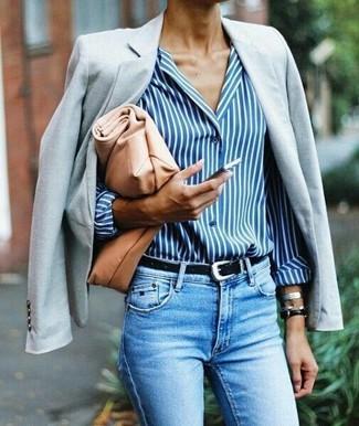 Cómo combinar: cartera sobre de cuero marrón claro, vaqueros pitillo celestes, camisa de vestir de rayas verticales en blanco y azul, blazer gris