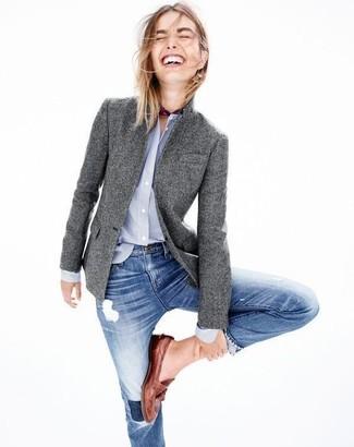 Cómo combinar: mocasín de cuero marrónes, vaqueros pitillo desgastados azules, camisa de vestir celeste, blazer de lana gris