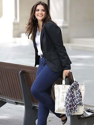 Cómo combinar: sandalias de tacón de cuero negras, vaqueros pitillo azul marino, camisa de vestir blanca, blazer negro