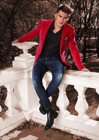 Cómo combinar: botines chelsea de cuero negros, vaqueros pitillo desgastados azul marino, camisa de vestir negra, blazer rojo