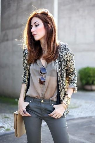 Combinar un bolso bandolera de cuero marrón claro: Para un atuendo tan cómodo como tu sillón considera emparejar un blazer de lentejuelas dorado con un bolso bandolera de cuero marrón claro.