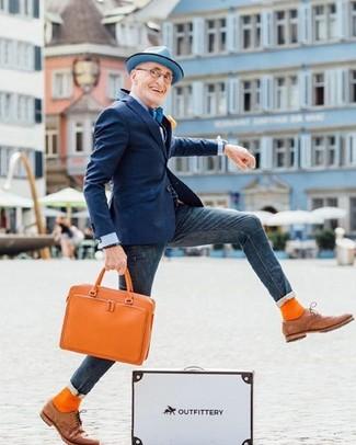Cómo combinar: zapatos oxford de cuero marrón claro, vaqueros pitillo azul marino, camisa de vestir celeste, blazer azul marino
