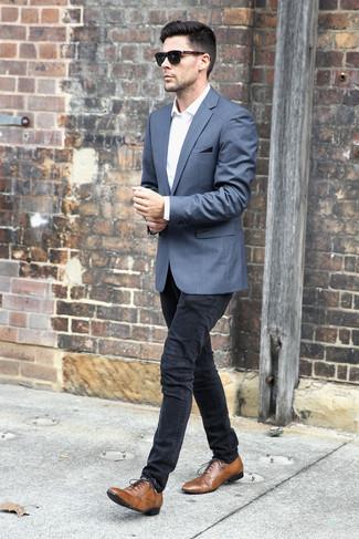 Cómo combinar: zapatos oxford de cuero marrónes, vaqueros pitillo negros, camisa de vestir blanca, blazer gris