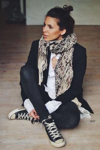 Cómo combinar: zapatillas altas de lona en negro y blanco, vaqueros pitillo negros, camisa de vestir blanca, blazer negro