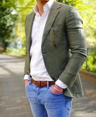 Cómo combinar: correa de cuero tejida marrón, vaqueros pitillo azules, camisa de vestir blanca, blazer verde oliva