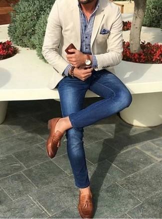 Cómo combinar: mocasín con borlas de cuero marrón, vaqueros pitillo azules, camisa de vestir de cuadro vichy en azul marino y blanco, blazer en beige