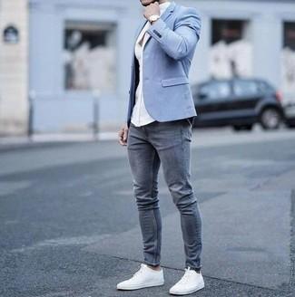 Cómo combinar: tenis de lona blancos, vaqueros pitillo grises, camisa de vestir blanca, blazer celeste