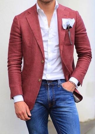 Cómo combinar: pañuelo de bolsillo blanco, vaqueros pitillo azules, camisa de vestir blanca, blazer rojo