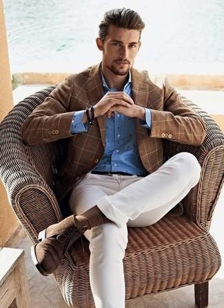 Cómo combinar: botas safari de ante marrónes, vaqueros pitillo blancos, camisa de vestir a lunares azul, blazer a cuadros marrón