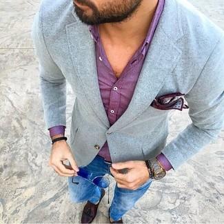 Cómo combinar: mocasín con borlas de cuero en marrón oscuro, vaqueros pitillo azules, camisa de vestir morado, blazer de lana gris