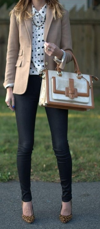 Cómo combinar: zapatos de tacón de ante de leopardo marrón claro, vaqueros pitillo negros, camisa de vestir a lunares en blanco y negro, blazer de lana en beige