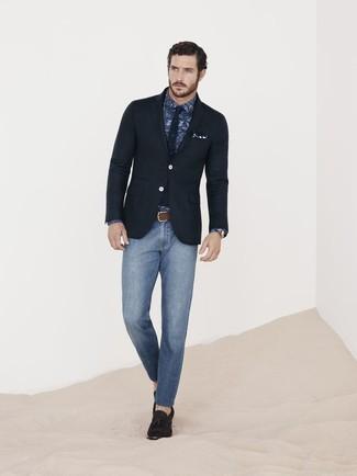 Cómo combinar: mocasín con borlas de ante en marrón oscuro, vaqueros pitillo azules, camisa de vestir de paisley azul marino, blazer negro