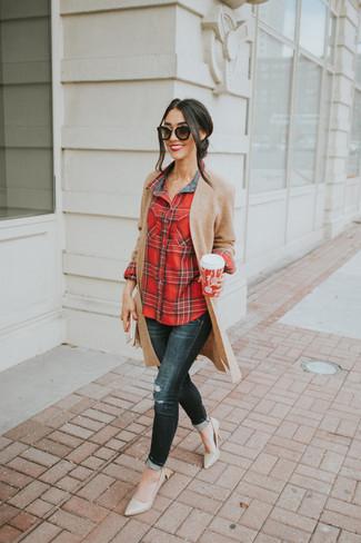 Cómo combinar: zapatos de tacón de cuero en beige, vaqueros pitillo desgastados negros, camisa de vestir de tartán roja, cárdigan abierto de punto marrón claro