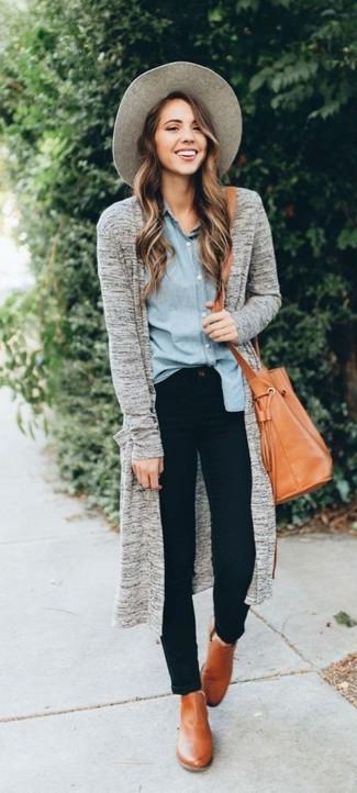 Cómo combinar: botines de cuero marrón claro, vaqueros pitillo negros, camisa de vestir de cambray celeste, cárdigan abierto gris