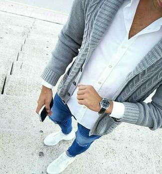 Cómo combinar: deportivas blancas, vaqueros pitillo desgastados azules, camisa de vestir blanca, cárdigan con cuello chal gris