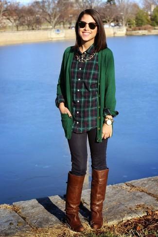Cómo combinar: botas de caña alta de cuero marrónes, vaqueros pitillo azul marino, camisa de vestir de tartán verde oscuro, cárdigan verde oscuro
