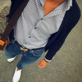 Cómo combinar: zapatillas altas de lona blancas, vaqueros pitillo azules, camisa de vestir de pata de gallo en blanco y negro, cárdigan negro