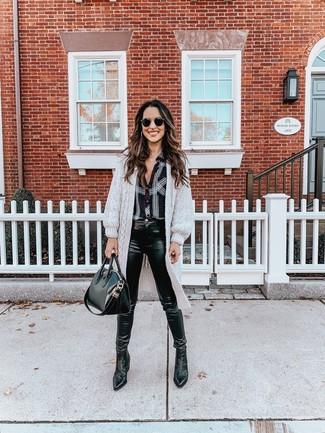 Cómo combinar: botines chelsea de cuero negros, vaqueros pitillo de cuero negros, camisa de vestir de tartán en negro y blanco, cárdigan largo gris